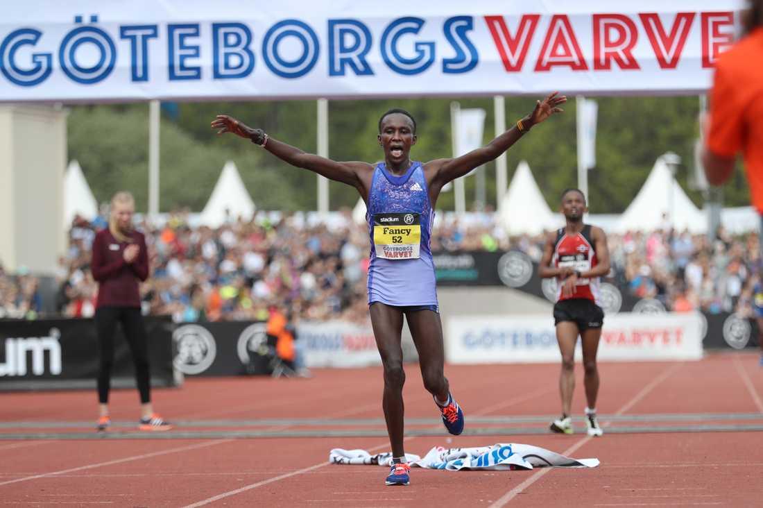 Kenyanskan Fancy Chemutai vann damklassen i Göteborgsvarvet efter att ha kämpat sida vid sida hela loppet med fjolårsvinnaren.