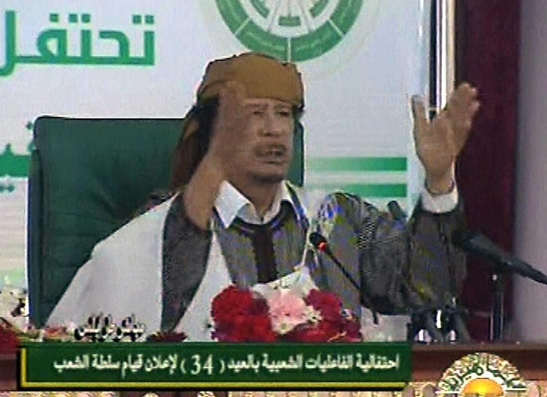 """13.40 Gaddafi inleder med att hävda att folket styr landet sedan 1977, då han lämnade över makten till det libyska folket: """"Vi kommer sätta två fingrar i ögonen på dem som utmanar det libyska folket"""", säger han."""