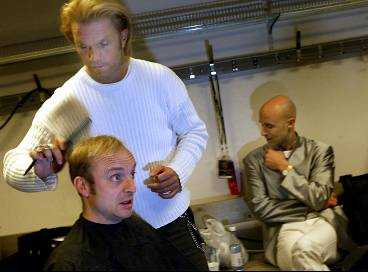 Jonas passar på att fixa till frisyren.