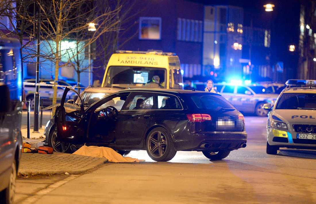 Ett flertal skott avslossades rakt in i bilen när en 32-årig man sköts ihjäl i Sollentuna i november.