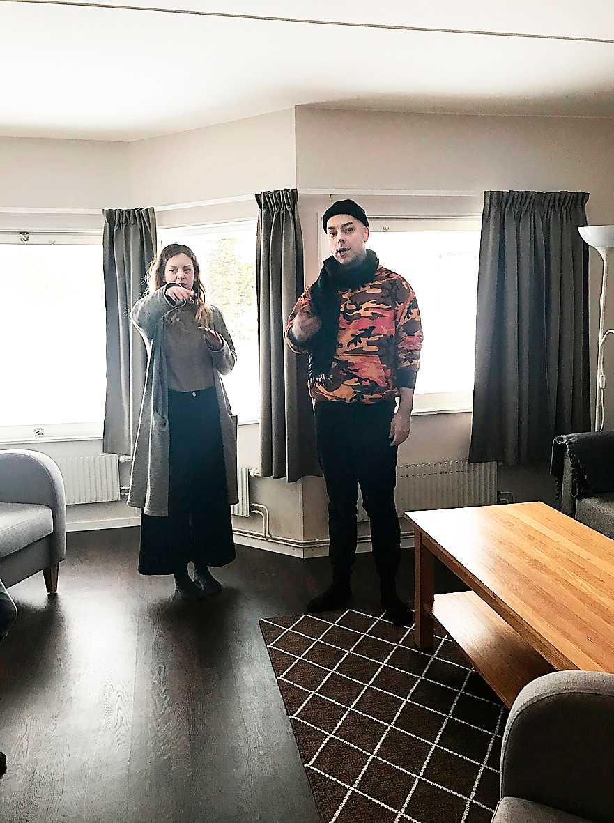 Robert Fux och Linda Åkerström diskuterar hur hotellrummet i Sälen ska byggas om till teater.