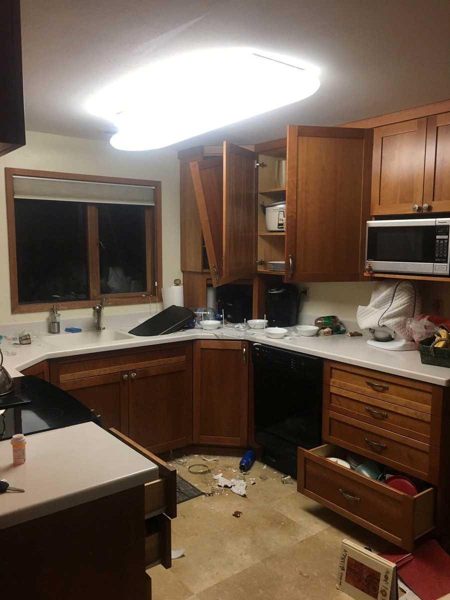 Skador efter jordbävningen innifrån ett hem i Anchorage, Alaska.