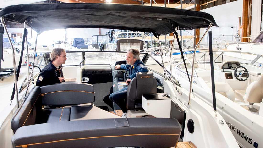 Försäljaren Daniel Fägersten och båtspekulanten Martin Selander samtalar i en båt på Harry Hansson marincentrum i Göteborg. Många vill köpa båt inför sommaren, nu när man varken får åka utomlands eller trängas med andra.