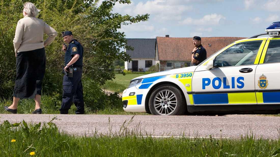 Poliser vid gården i Kastberga öster om Eslöv där en lantbrukare 2008 hittades mördad. Arkivbild.