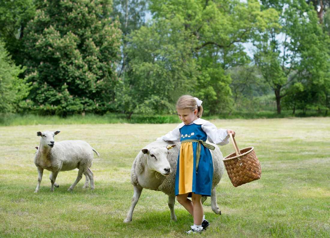 Estelle i fårhagen.