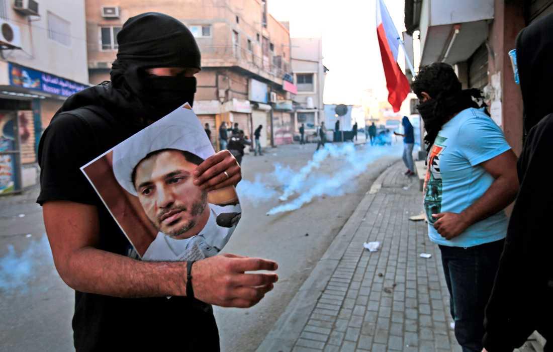 En bild av den bahrainske oppositionsledaren Ali Salman hålls upp vid en protest i kungadömet 2015. Arkivbild.