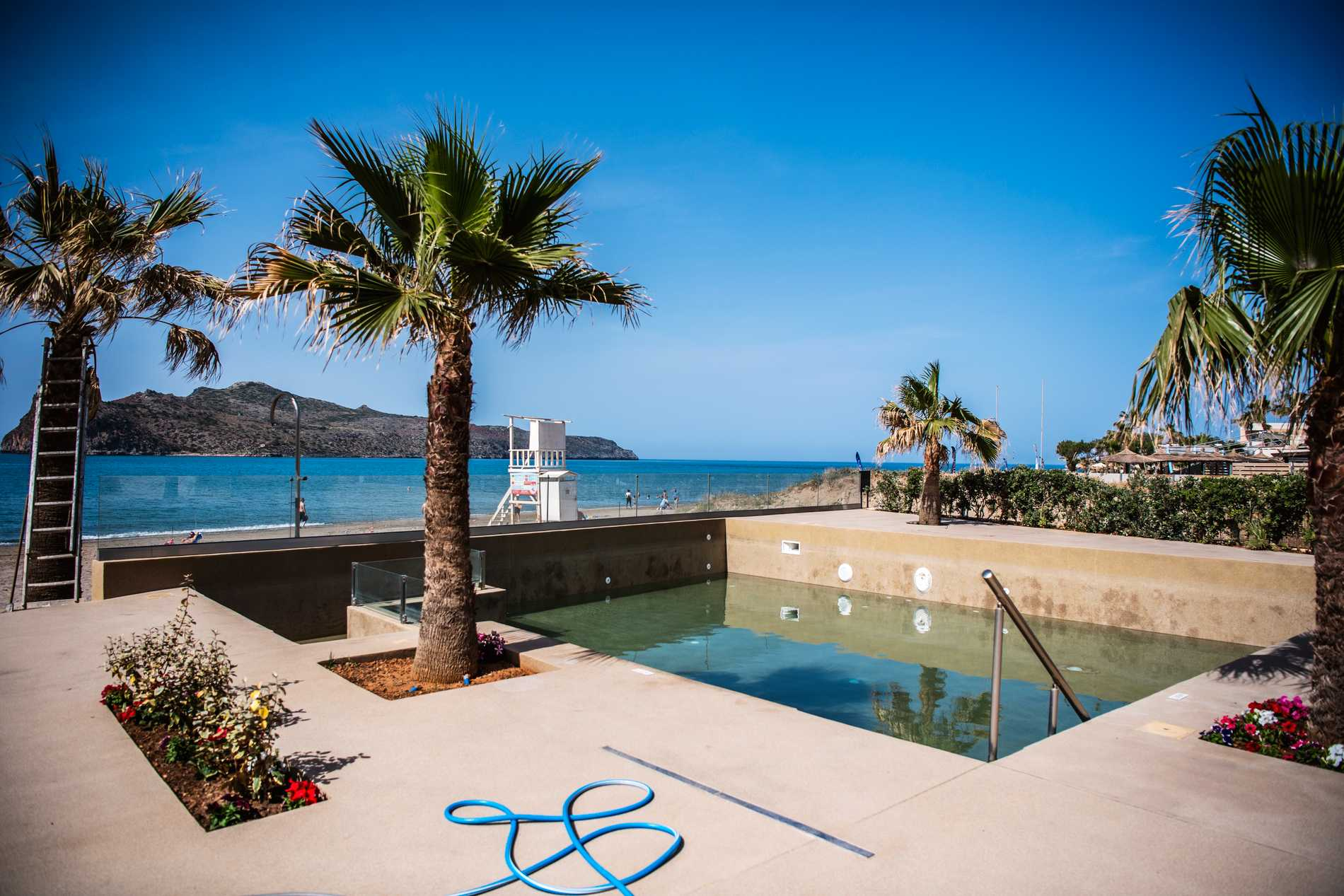 Giorgos och familjen laddar för att ta emot turister till sommaren, på Virginia Beach Hotel.