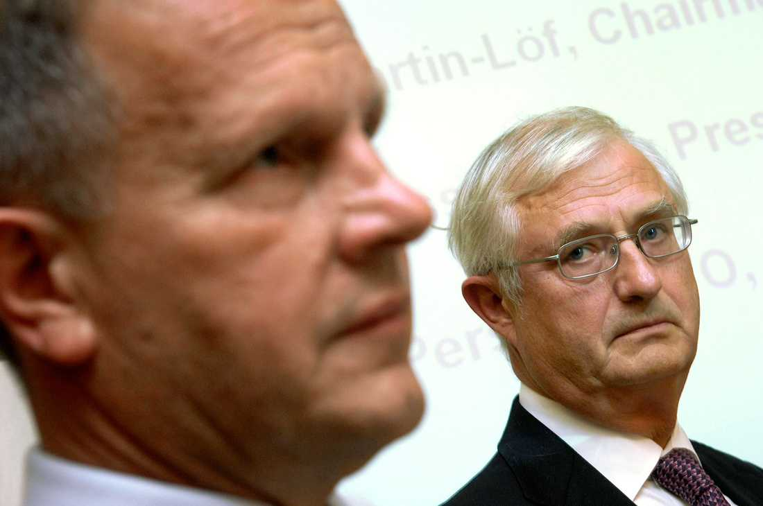 HÖGT FALL Sverker Martin-Löf, till höger, förlorar flera toppuppdrag efter att bland annat ha flugit sina jakthundar med SCA:s privatjet. Till vänster: Jan Johansson, vd och koncernchef SCA, som avgick i slutet av januari..