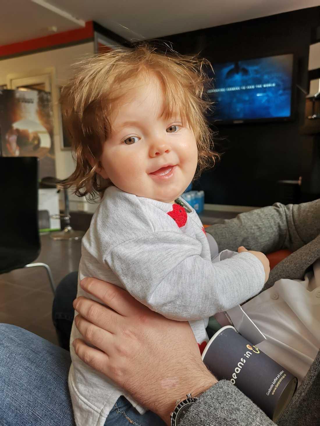 """Här är Trosabon Robin Alatalos dotter Saga, tio månader. Hon kom till denna värld """"med en mössa på huvudet det vill säga mycket hår"""", enligt utsago."""