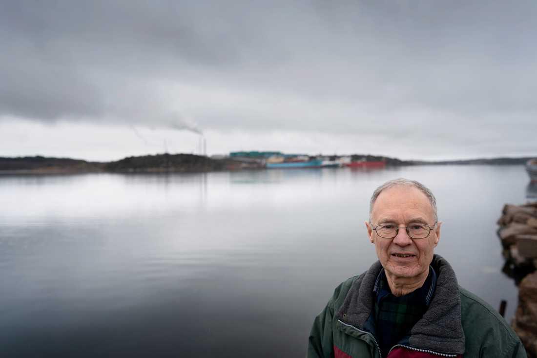 Inge Löfgren, ordförande för Naturskyddsföreningen i Lysekil-Munkedal, vid Brofjorden. I bakgrunden syns Preemraffs omdebatterade raffinaderi.