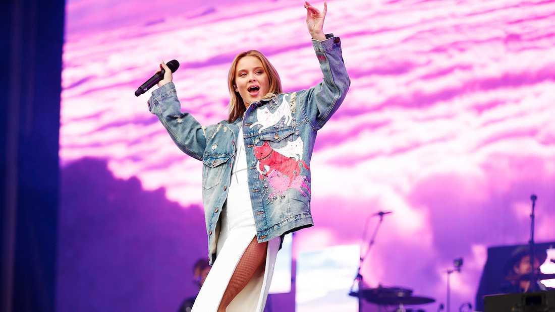 Zara Larsson hyllar Ariana Grande och välgörenhetskonserten One Love Manchester