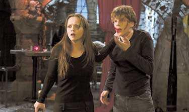 """förbannad Inte nog med att filmen """"Cursed"""" är usel. Filminspelningen verkade också vara drabbad av en förbannelse. Till slut hoppade regissören av inspelningen."""