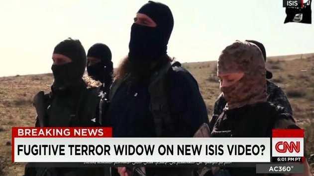 Kvinnan längst till höger i bild misstänks var den eftersökta Hayat Boumeddiene, 26, enligt CNN som hänvisar till franska säkerhetskällor.
