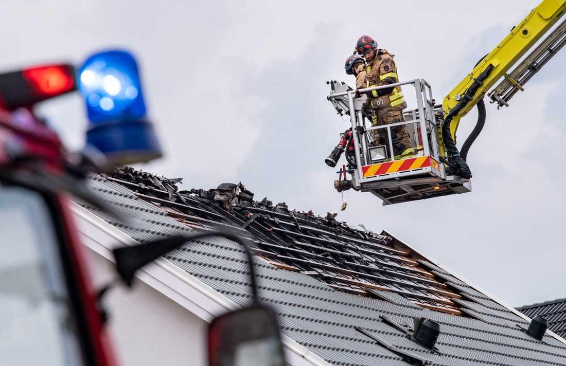 Räddningstjänsten bekämpar en brand i taket på en villa i Nybrostrand utanför Ystad. Branden tros ha orsakats av ett blixtnedslag.