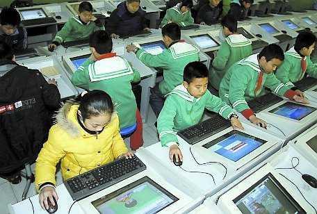 Kinesiska barn surfar på internet. En bild av minskad världsfattigdom.
