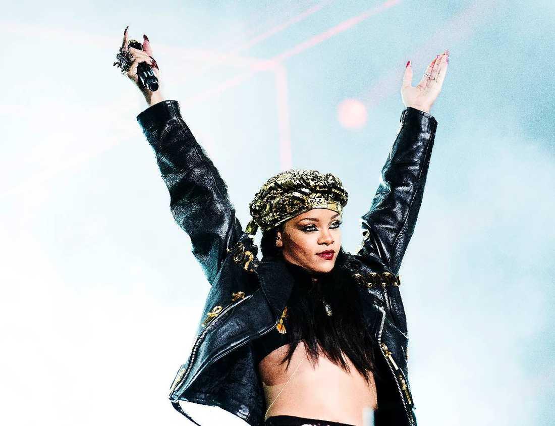 """FÖRVIRRAD PÅ SCEN  Rihanna äntrade scenen på Peace & Love sent i natt – rejält försenad. """"Kom igen, Sverige!"""", ropade stjärnan men lite senare trodde hon att hon var i Norge. """"Oslo, jag vet att ni var med om någonting fruktansvärt i fjol"""", sa Rihanna och syftade på Breiviks terrordåd."""