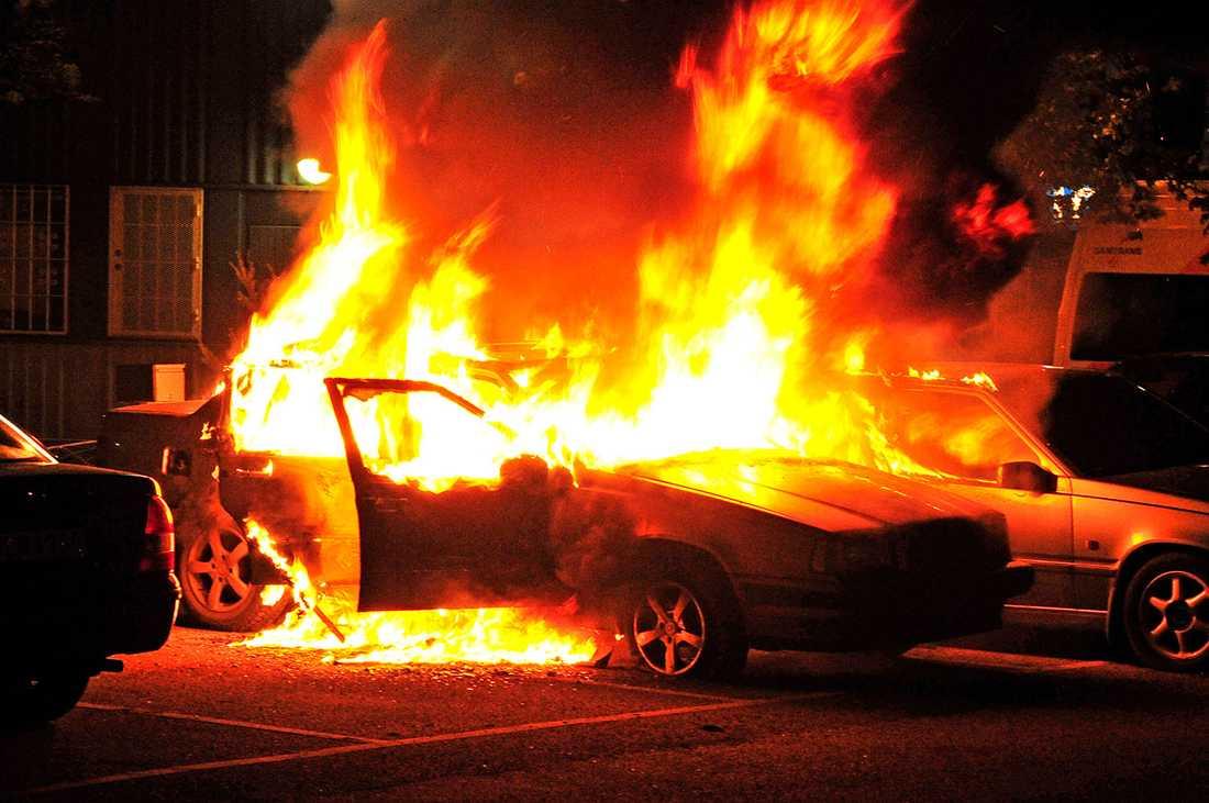 Brinnade bilar på Nordkapsgatan i Husby.