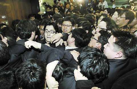 Tumult i Sydkoreas parlament.