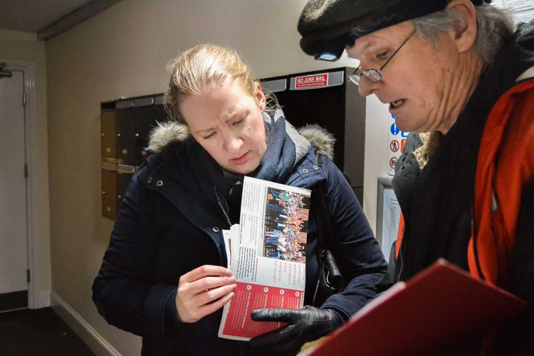 Labouranhängarna Claire Lever och Tim Slattery kampanjar i Uxbridge I nordvästra London.