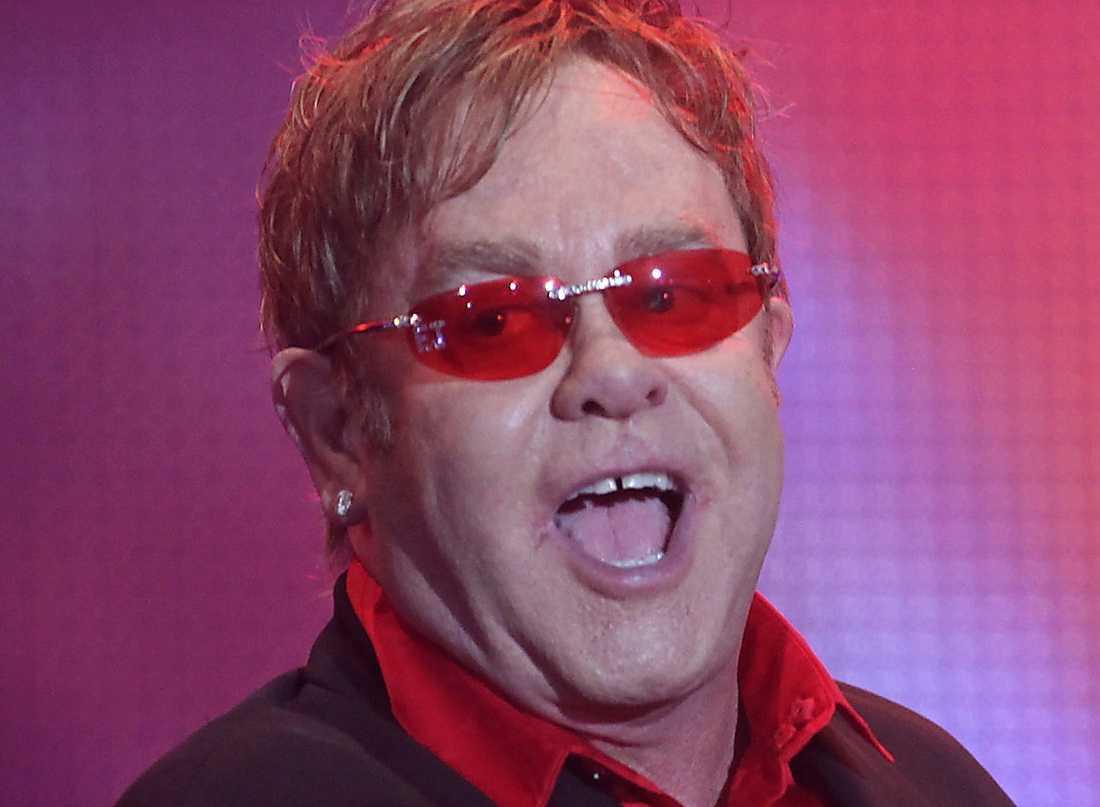 MUNKAVLE Elton John har gett sig själv Twitterförbud av ren självbevarelsedrift.