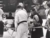 Björn Palmqvist fick känna på nordamerikanarnas hårdhet. I en landskamp i slutet av 60-talet attackerades han hårt och det hela slutade med att han bars ut på bår.