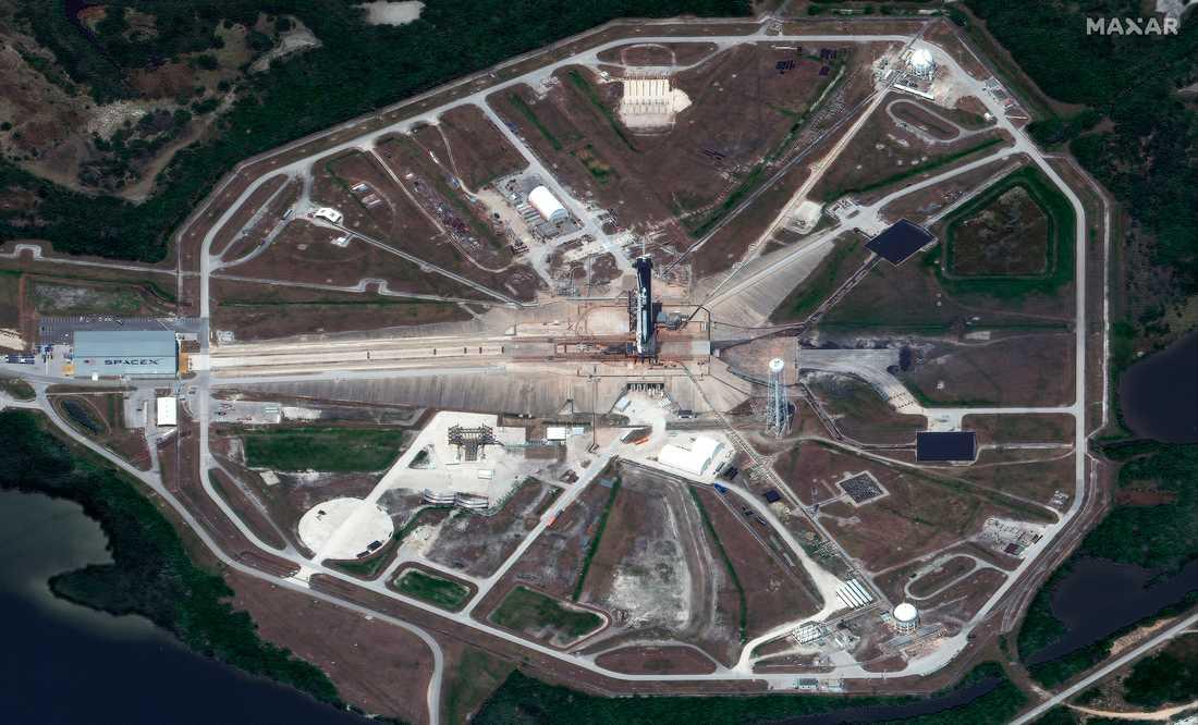 Uppskjutningsplats 39A på Kennedy Space Center, fotograferad av en satellit, med den startklara raketen.