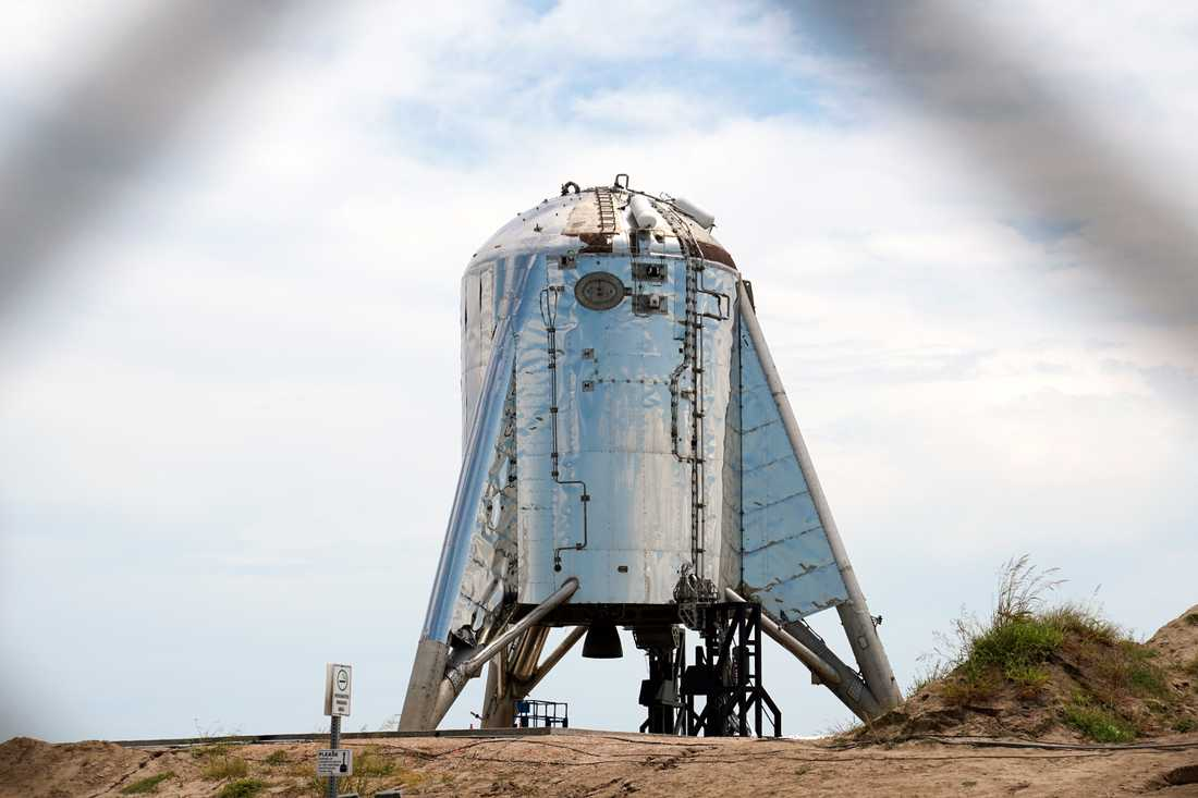 Starhopper är en prototyp, utan noskon, av det rymdskepp som företaget Space X tänkt kalla helt enkelt Starship. Men provkörningarna i Texas går hittills inte riktigt enligt plan.