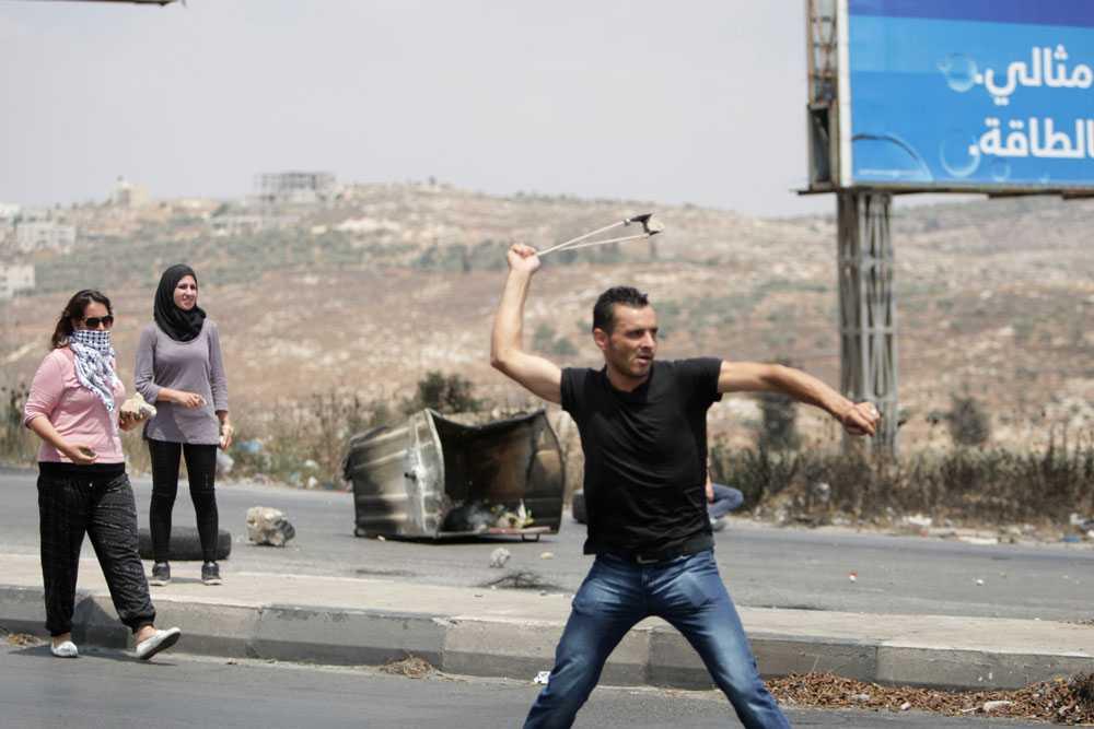 """På Västbanken där det länge har varit lugnt beskrivs nu stämningen som """"upprorisk"""". Drygt två veckor efter attackernas början drabbar palestinska demonstranter samman med israelisk militär i protest mot Israels beskjutning av Gaza."""