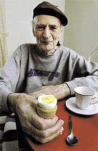 """missnöjd Arvid Hansson får numera bara ett halvt ägg till frukost eftersom kommunen vill spara pengar. """"Så länge det här idiotiska beslutet inte är upphävt tänker jag inte äta något ägg"""", säger han."""