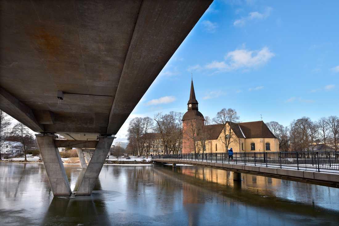 En man på cykel har misshandlat kvinnor i Eskilstuna. På arkivbilden syns i bakgrunden Fors kyrka, nära platsen där mannen greps. Arkivbild.