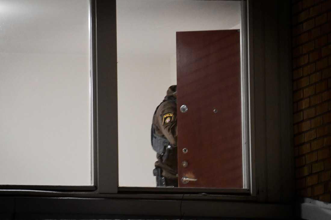 Polisen undersöker en lägenhet i området där männen greps.
