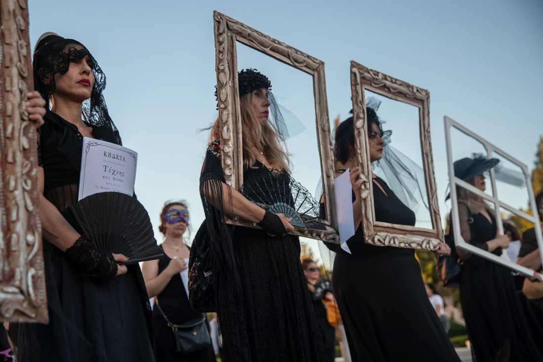 Lärare klädda i svart deltar i demonstrationen mot Greklands föreslagna demonstrationslag.