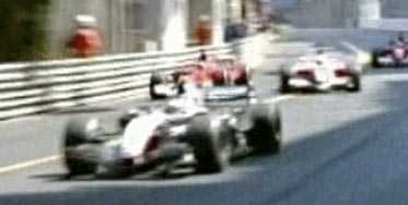 OMKÖRNINGEN Michael Schumacher (i röd bil) smiter förbi på insidan av lillebror Ralf Schumacher i söndagens GP-race i Monaco.