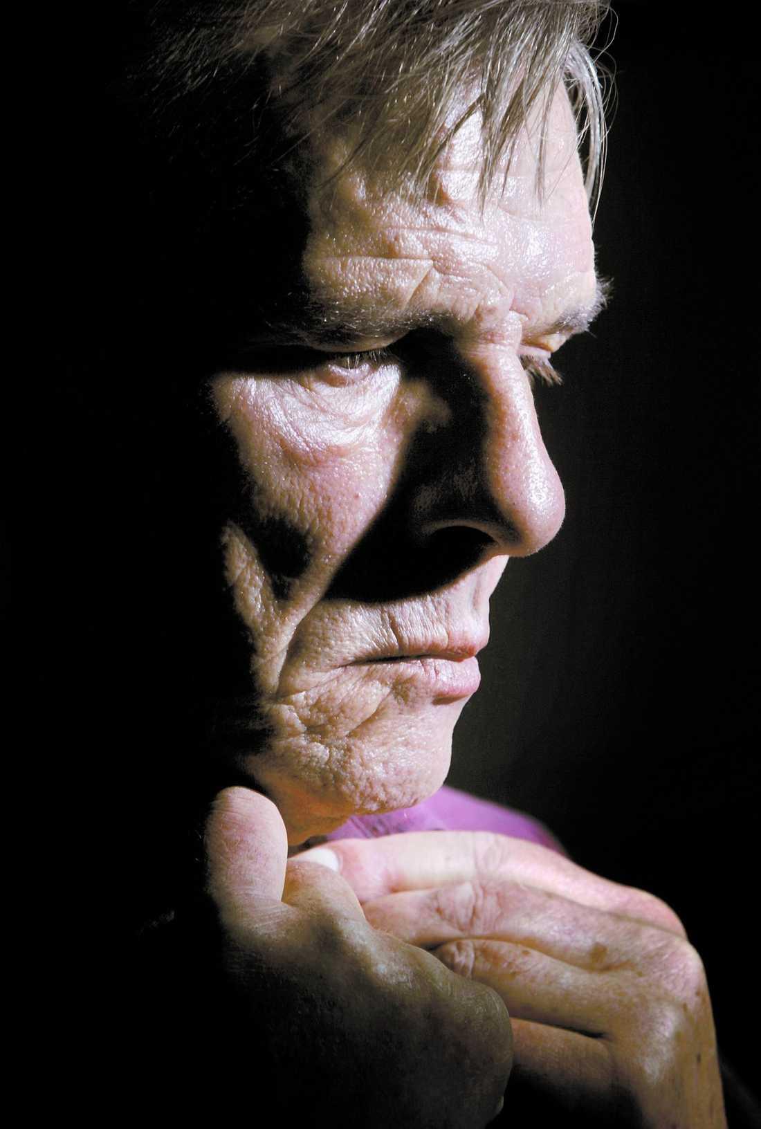 """Fick Hjärtattacker Hjärnblödningarna och hjärtattackerna tärde hårt på Alf Robertsson–och hans nära och kära. """"Han hade svårt att gå efter en av hjärnblödningarna. När vi turnerade tillsammans 2004 var det flera tillfällen som folk trodde att han var påverkad, fast han inte alls var det. Det berörde mig oerhört"""", säger vännen Alf Svensson."""