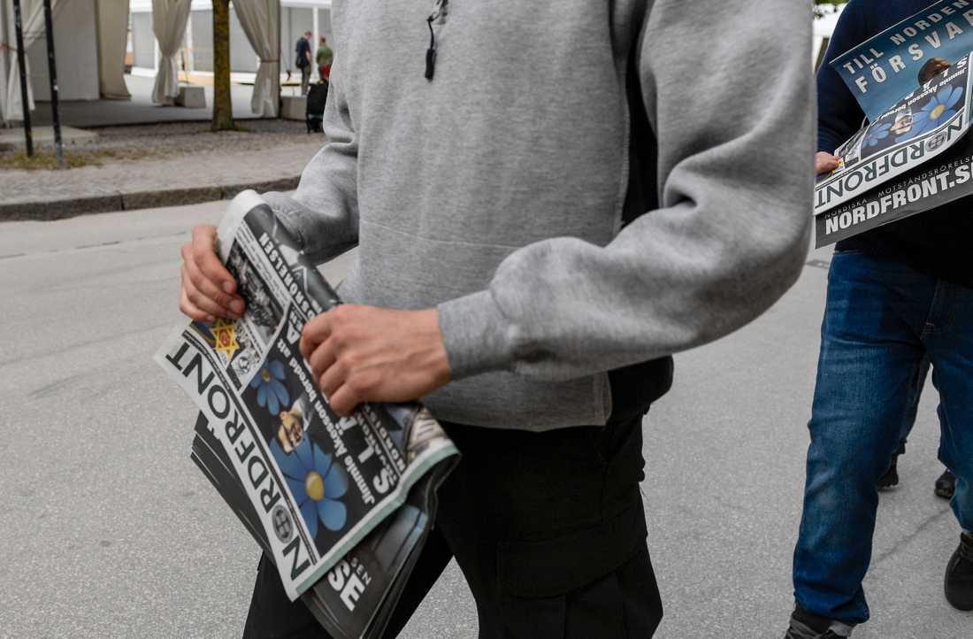 Medlemmar i nazistiska Nordiska motståndsrörelsen delade ut sin tidning Nordfront i Almedalen, juli 2017. Arkivbild.