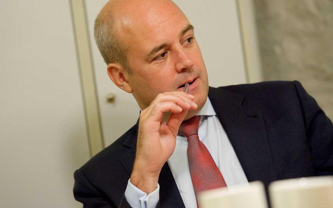 Vill gå med i pakt Fredrik Reinfeldts alliansregering har lagt ett förslag till riksdagen om svenskt deltagande i europakten – men Socialdemokraterna säger nej. Kanske saknar Reinfeldt Juholts lappkast…