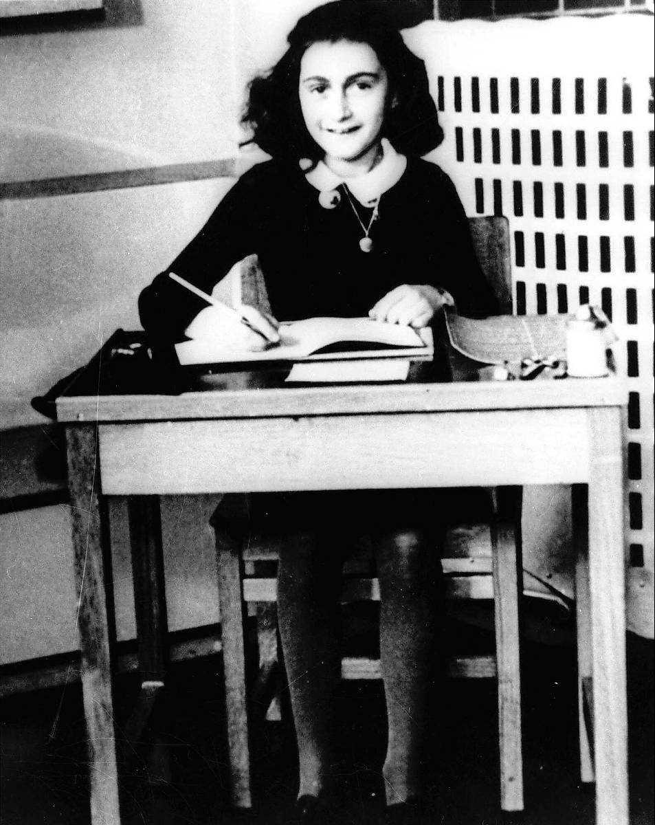 Världens viktigaste dagbok Anne Frank gömde sig undan Hitlers soldater i Amsterdam mellan 1942-1944. Hennes dagbok är en levande skildring av det mörkaste kapitlet i mänsklighetens historia. Idag marscherar nazisterna igen.