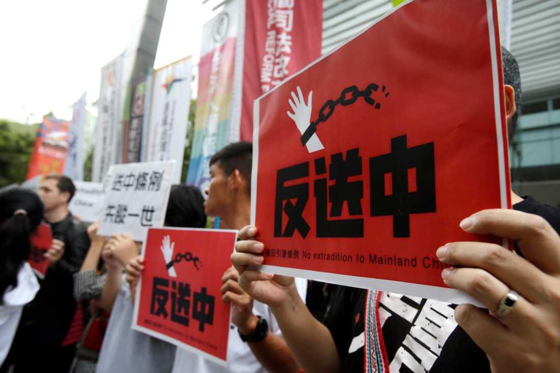 Taiwaneser i stödprotest utanför Hongkongs handelskontor i Taipei.