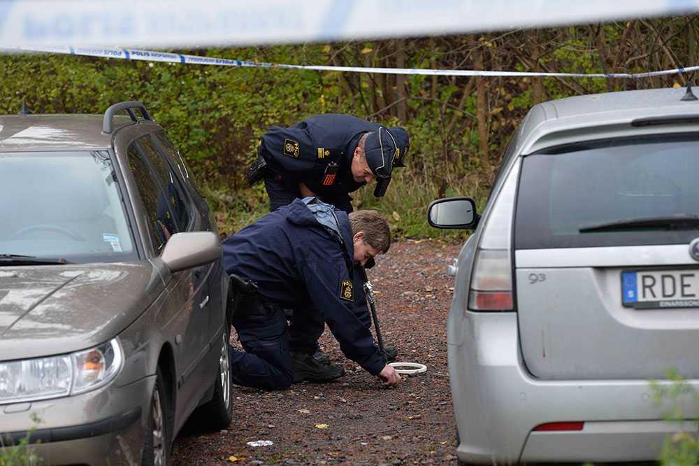 Polisen undersöker spår vid mordplatsen.