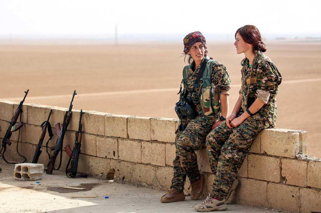 Shirin (till vänster) och Kaziwar strider mot IS för kurdiska millisen Women's Protection Units (YPJ).