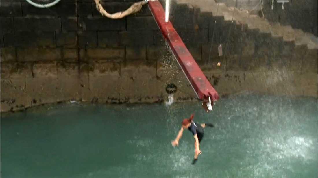 1. Linda Pritchard faller och landar illa på sidan när hon träffar vattenytan.