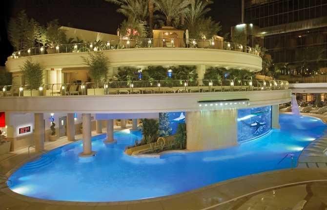 GOLDEN NUGGET, LAS VEGAS, USA I Las Vegas rullar pengarna – det gäller också Golden Nuggets spektakulära poolanläggning, som bara den kostade över 200 miljoner kronor att bygga. Här simmar du runt ett enormt akvarium med bland annat hajar och stingrockor. Men lugn, glasväggen som skiljer dig från farligheterna är hela fyra tum tjock. Mer info: www.goldennugget.com