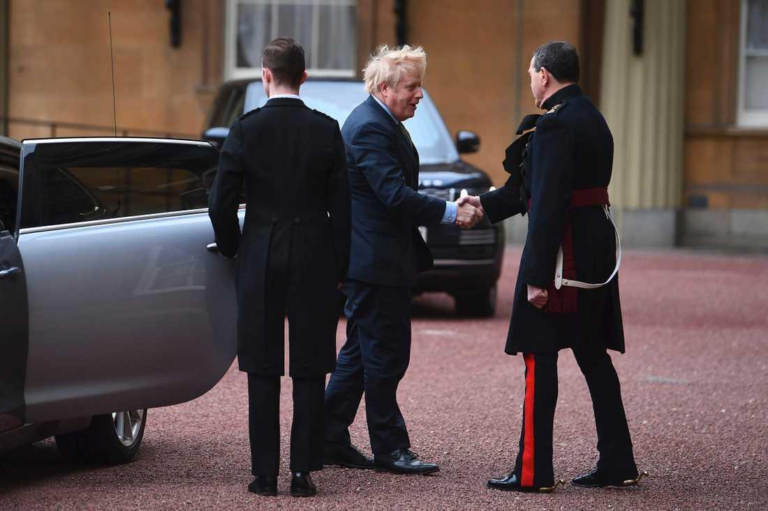 Boris Johnson på väg in till drottning Elizabeth efter valet.