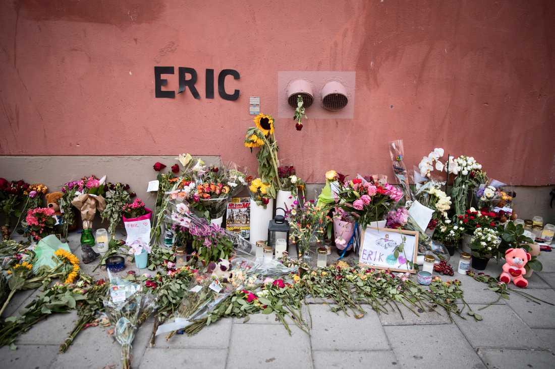 Blommor, ljus och hyllningar vid den plats där Eric Torell blev dödad.