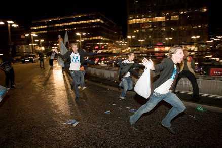 galen fest Natten är varm, segern är historisk. De unga moderaterna vrålar av lycka på Sergels torg.
