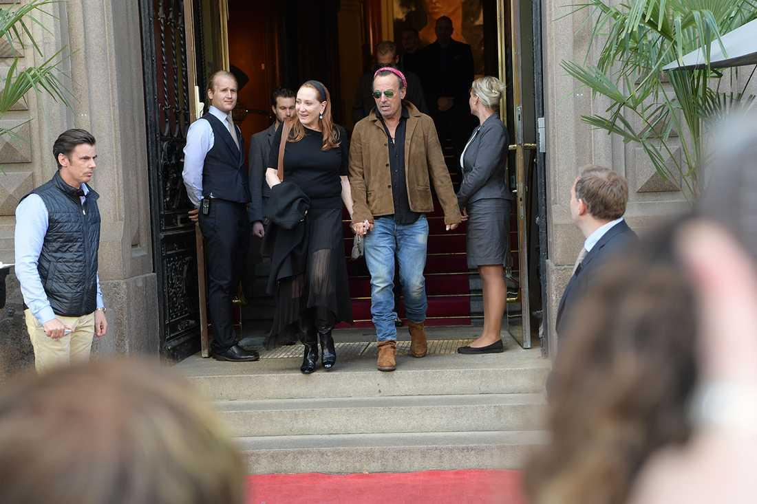 Vid 19.45 lämnade Bruce Springsteen hotellet i Göteborg och gav sig ut på stan.