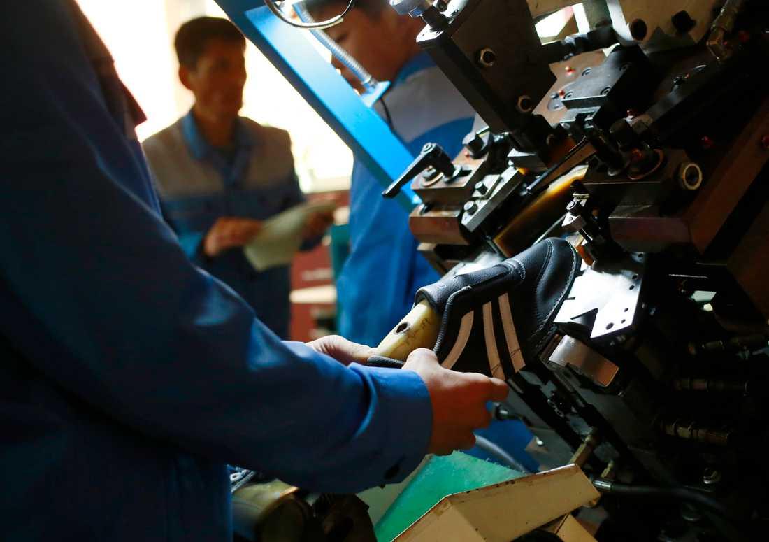 Återvunnen plast med rester av kemikalier blev skor på en fabrik i Kina. Nu har italiensk polis sprängt en liga ledd av en ökänd maffiaboss. Obs att bilden är tagen i ett annat sammanhang. Arkivbild.