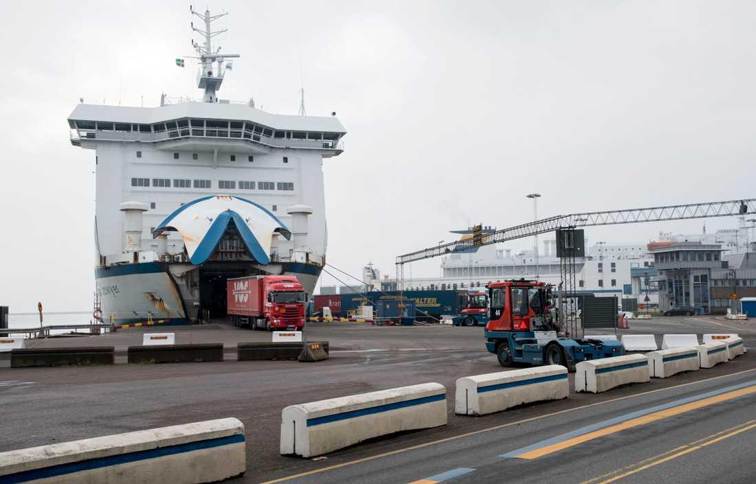 Lastbilar rullar av en färja i hamnen i Trelleborg – samma hamn där heroinsmugglingen upptäcktes. Arkivbild.