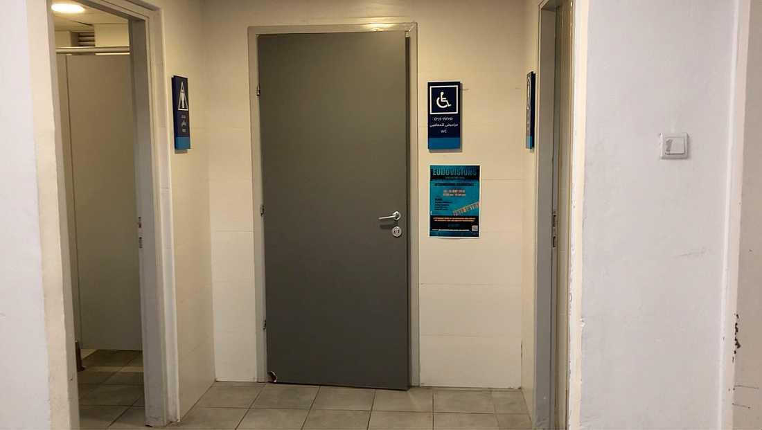 På den här toaletten gick männen in.