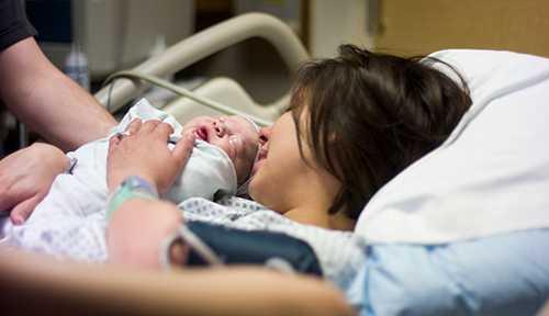 Kvinnor oroar sig för var de kommer att få plats att föda barn. En oro som inte kommer att försvinna inom överskådlig tid, skriver debattörerna.